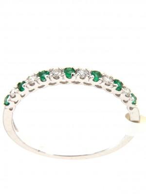 Fedina in oro bianco con sette smeraldi a taglio rotondo e sei brillanti alternati